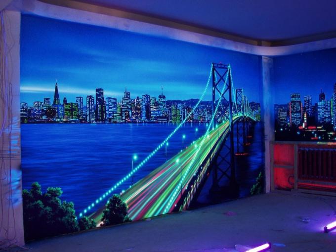 Оформление стен флуоресцентной краской