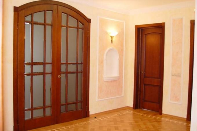 Межкомнатная дверь из дерева: преимущества, монтаж, ремонт