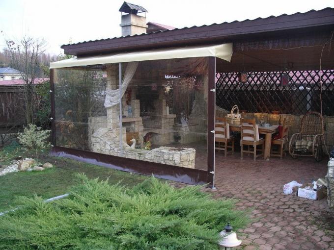 Прозрачные шторы из ПВХ - идеальный вариант для беседки в тени.