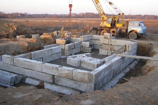 Сборные элементы для возведения фундамента: блоки, плиты, стаканы