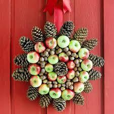 Венок из яблок и шишек