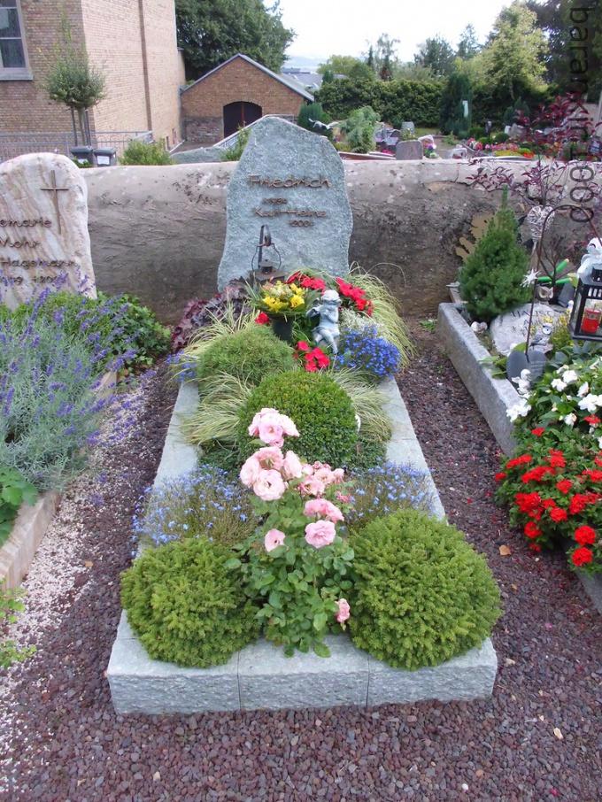 Можно ли на кладбище сажать цветы из своего сада 25