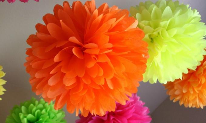 Разноцветные цветы из салфеток помогут украсить праздничный стол