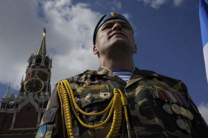 Airborne officer in dress uniform
