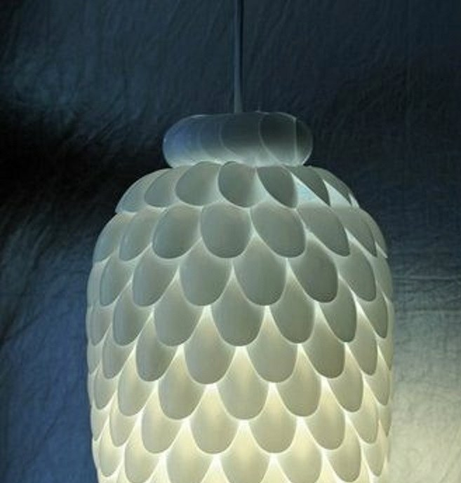 Светильник-шишка из пластиковых ложек