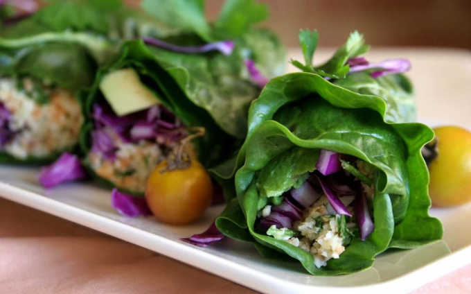 Яркие конвертики из листьев салата