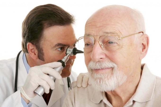 Как очистить уши от серных пробок