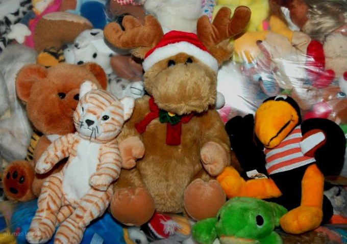 Mountains of soft toys not only occupy the space in the apartment, but also accumulate dust