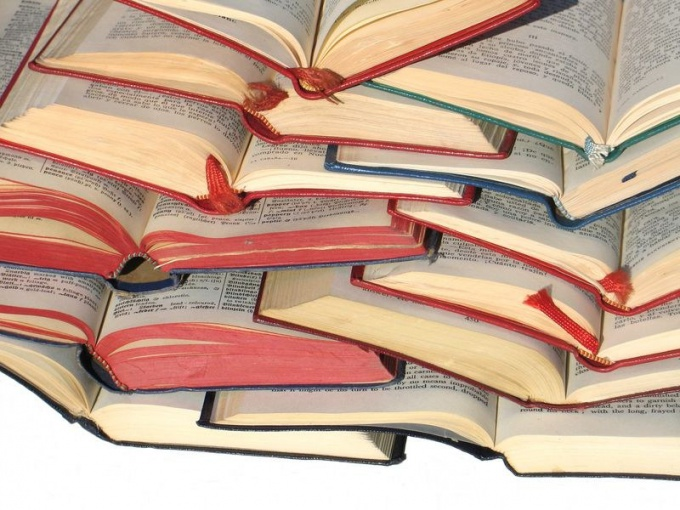 Переводчик по роду своей деятельности должен читать большое количество литературы