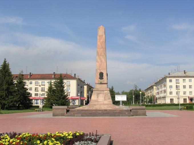 Обелиск на центральной площади Тольятти