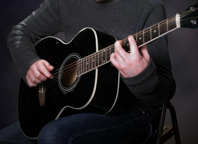 Как научиться играть на гитаре песни