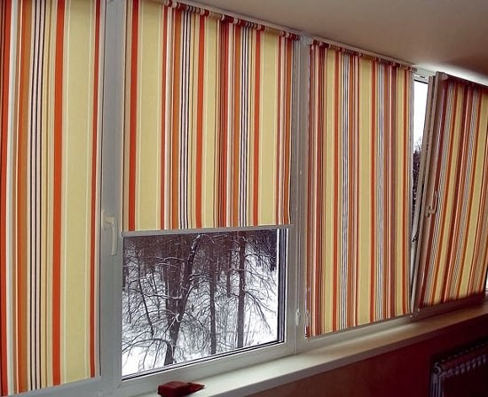 How to hang curtains on the balcony