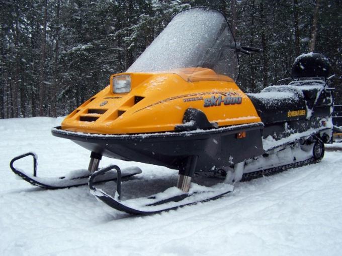 Снегоход можно сделать из досок и пластиковых труб