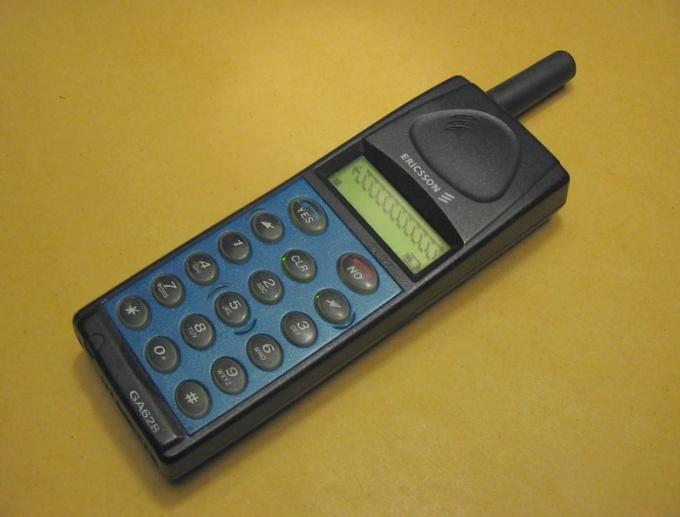 Мобильный телефон, выпущенный до 2003 года. По его IMEI можно узнать страну-производитель.