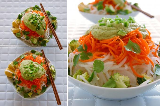 Тайский салат с дайконом и миндально-имбирным соусом