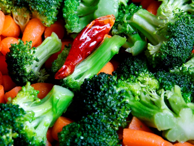 Витаминный салат для похудения из брокколи с овощами
