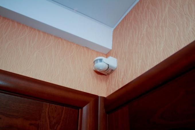 Монтаж датчиков движения для дополнительного освещения