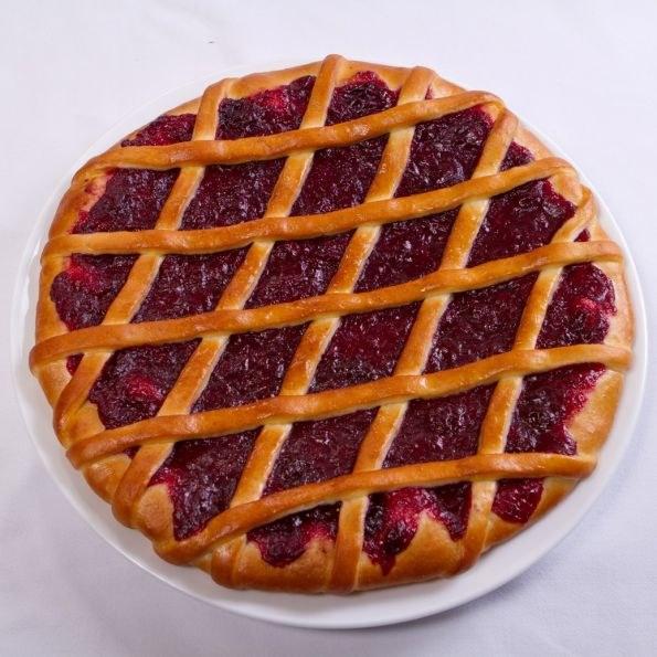 Как приготовить слоеный пирог с брусникой