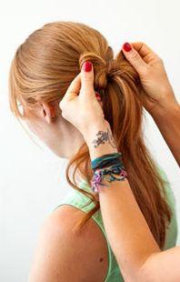 Как сделать красивую причёску на распущенные волосы