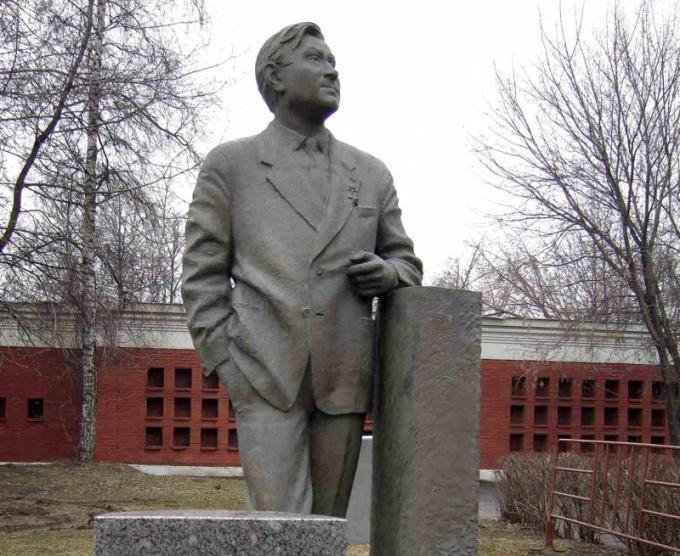 Памятник летчику А.П.Маресьеву