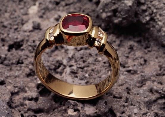 Драгоценные камни используют в ювелирных украшениях, поделках, собирают в коллекции
