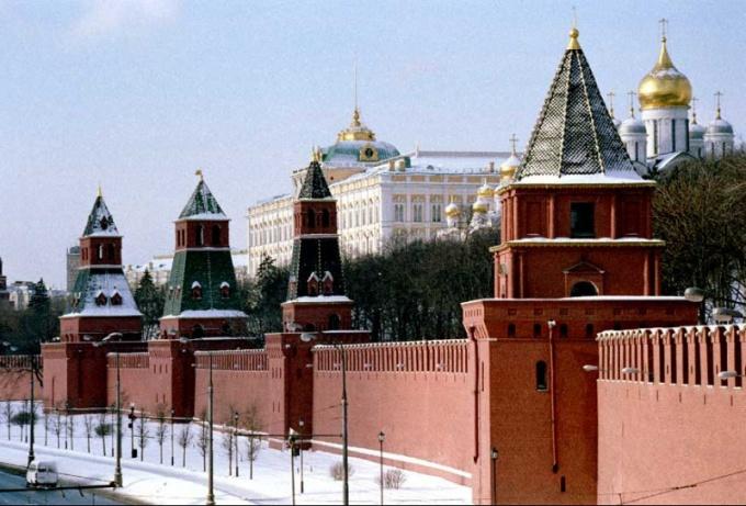 Когда и кем были возведены современные стены московского Кремля