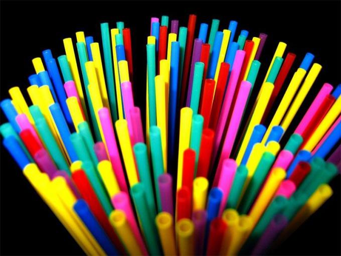 Цветные трубочки украсят светлые и прозрачные напитки