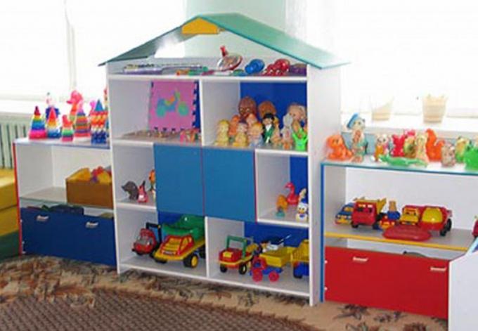 Стеллаж для игрушек можно сделать из фанеры