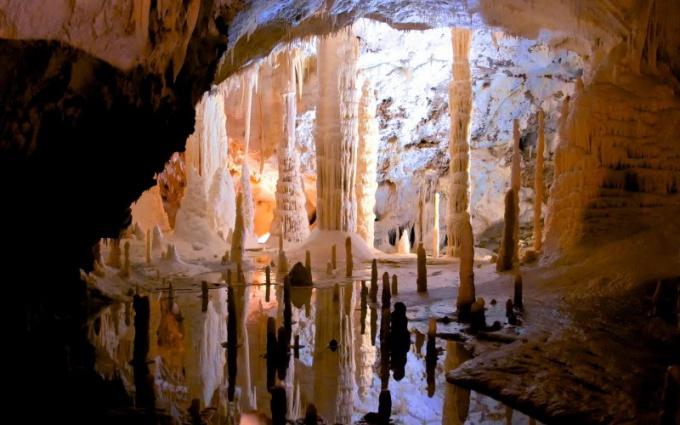 Чем отличается сталактит от сталагмита