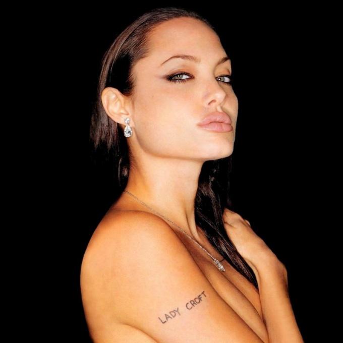 Почему Анджелина Джоли удалила грудь