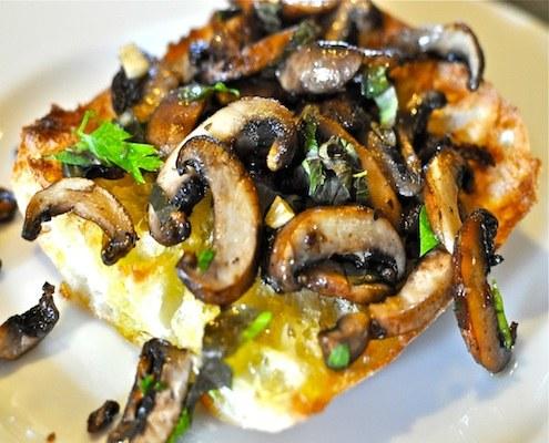 Итальянская брускетта: три варианта летней закуски