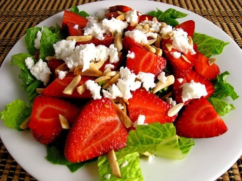 Salad with strawberries and chicken