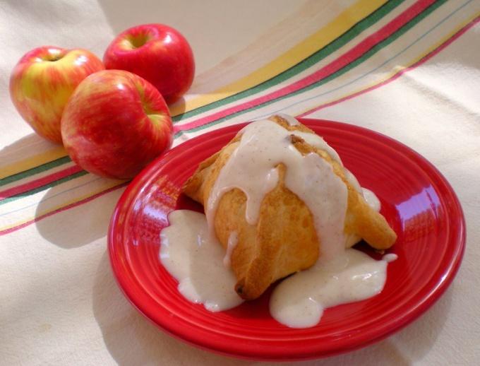 Яблоки в тесте со сливочным кремом