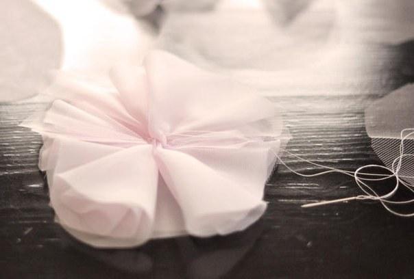Как создать простую воздушную брошь из ткани