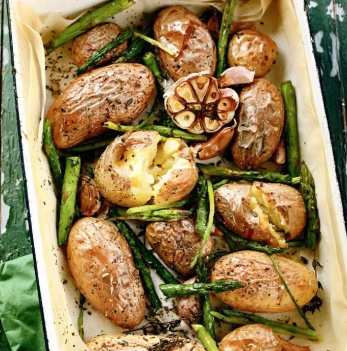 Как просто сделать печёный картофель со спаржей и чесноком