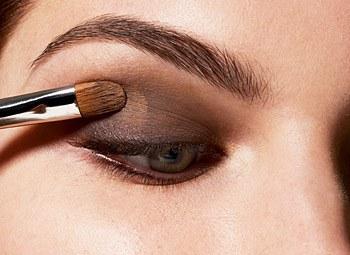 Когда вы откроете глаза, вокруг них должен образоваться красивый цветной ореол
