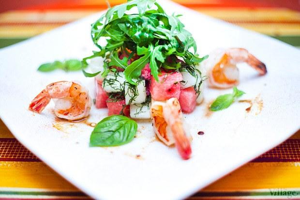 Дынно-арбузный салат с креветками
