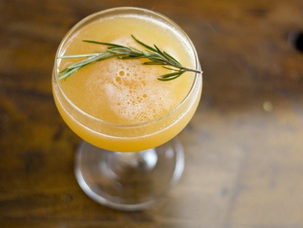 Как сделать персиковый коктейль с розмарином