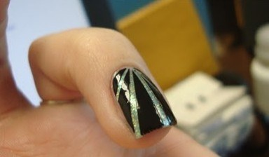 How to make unusual lines from the middle of the nail in manicure
