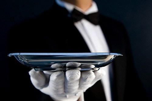 Почему официанты в перчатках