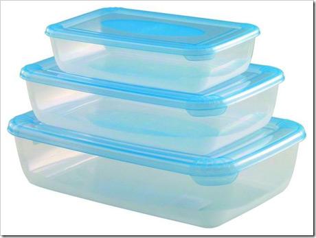 Сложите еду в  пластиковые пищевые контейнеры