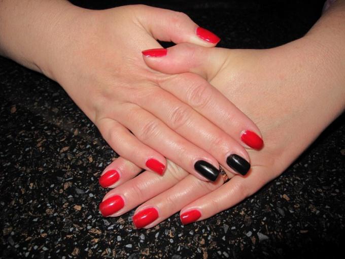 Почему два ногтя красят в другой цвет