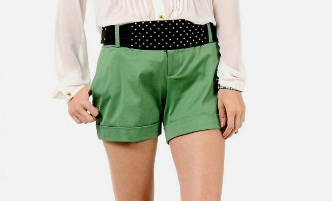 С чем носить зеленые шорты