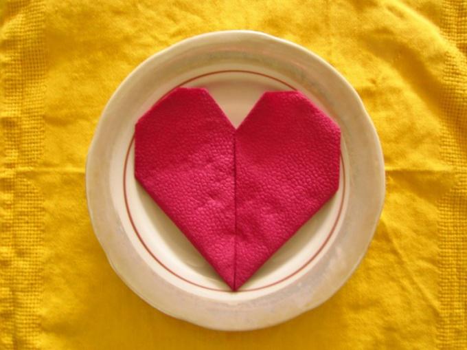 Салфетки, сложенные в форме сердечка, добавят романтики к праздничному столу