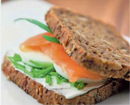 Сэндвичи с лососем и яйцом