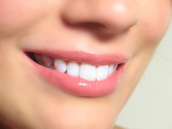 Почему желтеет зубная эмаль