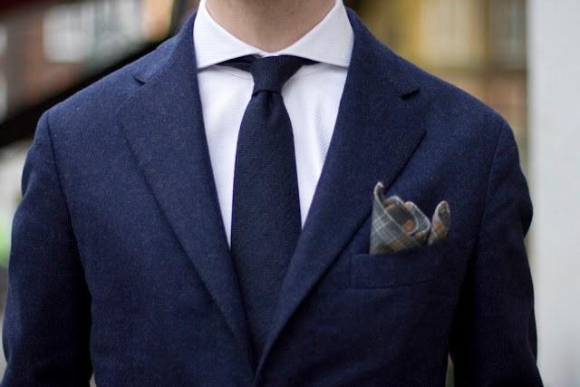Как предпочесть нагрудный платок к мужскому костюму