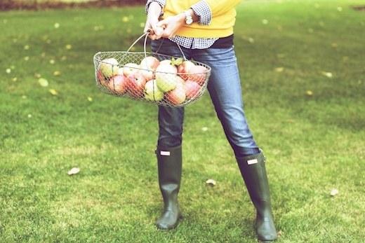 Зеленые резиновые сапоги идеально сочетаются с джинсами-скинни, клетчатой рубашкой и желтым пуловером с V-образным вырезом