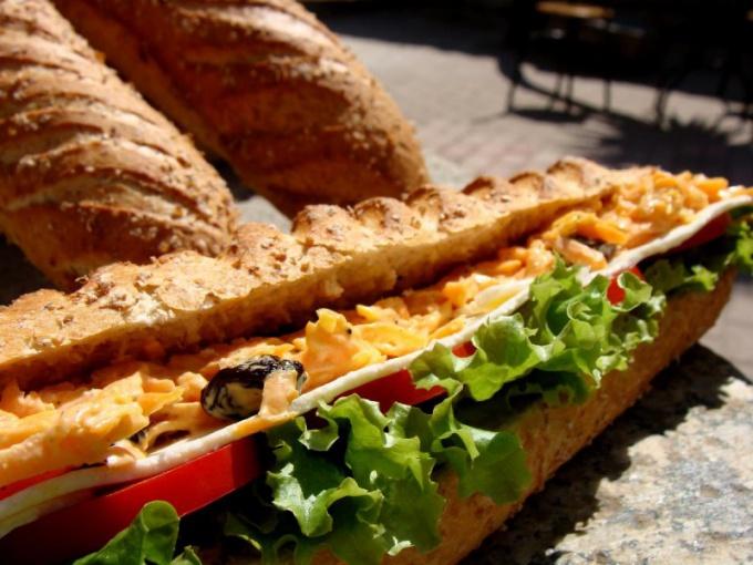 Как приготовить багет с сыром, зеленью и ветчиной