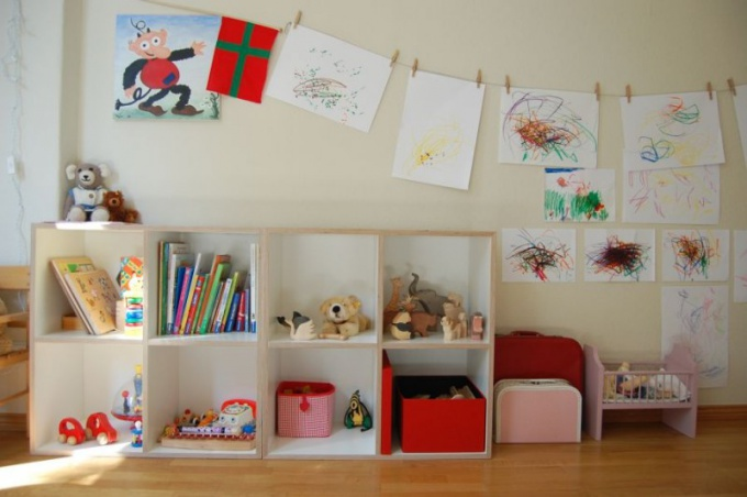 Детскими рисунками можно украсить комнату